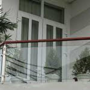 Cầu thang kính tay vịn gỗ :CTKG-07
